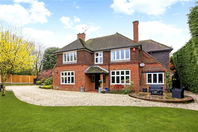 Asking Price £700,000, 4 Bedroom Detached House For Sale in Yateley, GU46