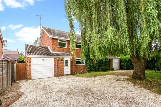 Guide Price £400,000, 3 Bedroom Semi Detached House For Sale in Fleet, GU51