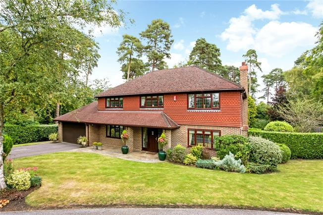 Asking Price £1,250,000, 5 Bedroom Detached House For Sale in Farnham, Hampshire, GU10