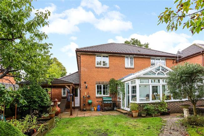 Guide Price £700,000, 4 Bedroom Detached House For Sale in Fleet, GU52
