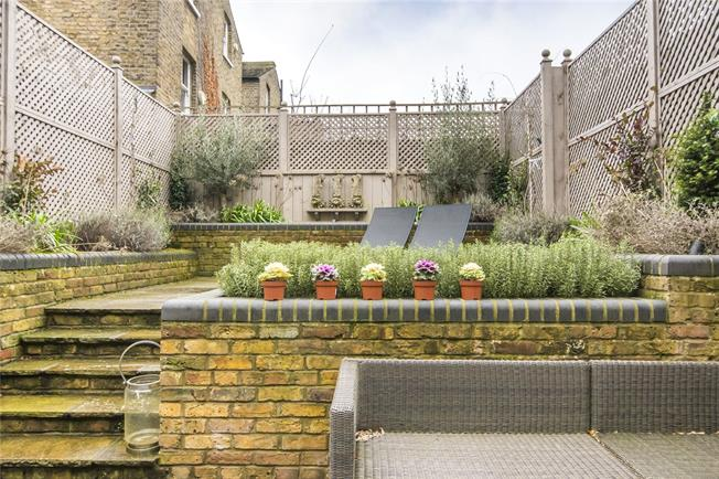 Asking Price £950,000, 2 Bedroom Flat For Sale in London, SW6