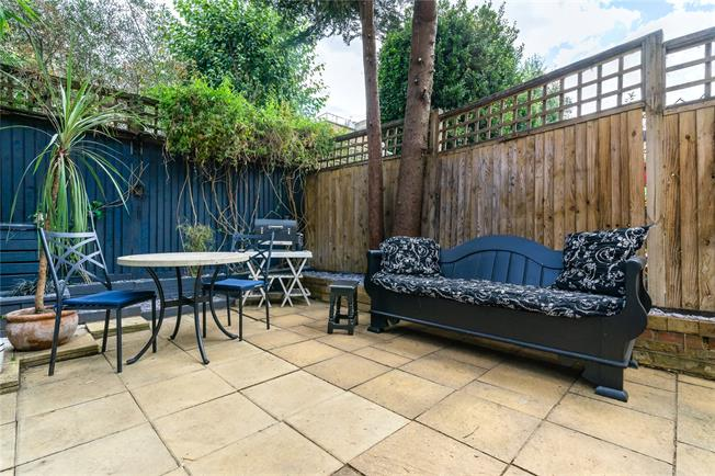Offers in excess of £625,000, 2 Bedroom Flat For Sale in London, SW6