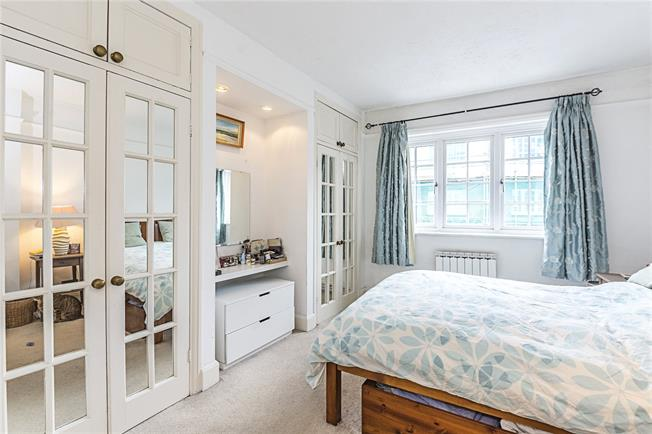 Asking Price £550,000, 2 Bedroom Flat For Sale in London, SW6