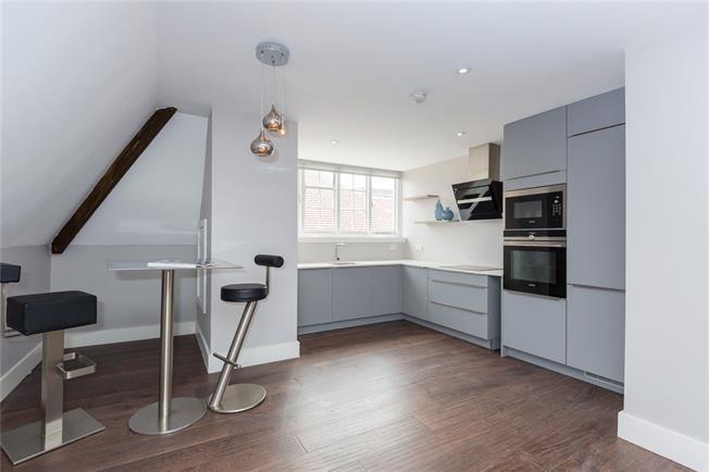 Guide Price £475,000, 2 Bedroom Flat For Sale in Gerrards Cross, SL9