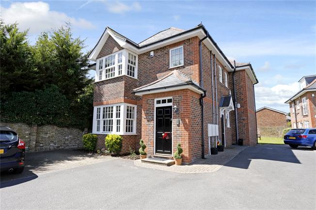 Guide Price £497,500, 2 Bedroom Flat For Sale in Chalfont St. Peter, SL9