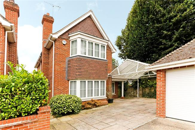 Guide Price £875,000, 3 Bedroom Detached House For Sale in Buckinghamshire, SL2