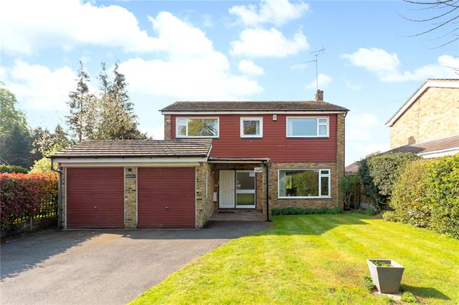 Guide Price £900,000, 4 Bedroom Detached House For Sale in Chalfont St. Peter, SL9