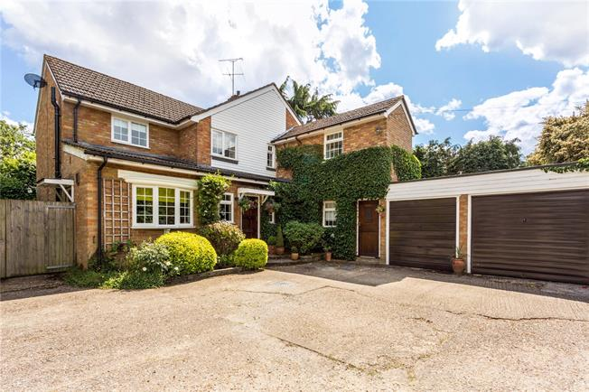 Guide Price £895,000, 5 Bedroom Detached House For Sale in Gerrards Cross, Buckingha, SL9