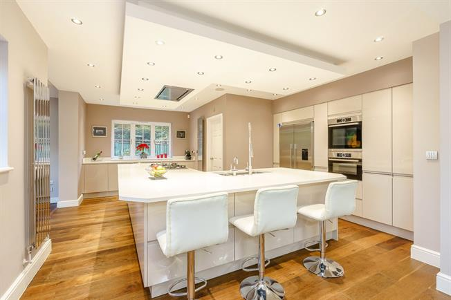 Guide Price £1,495,000, 6 Bedroom Detached House For Sale in Buckinghamshire, SL9