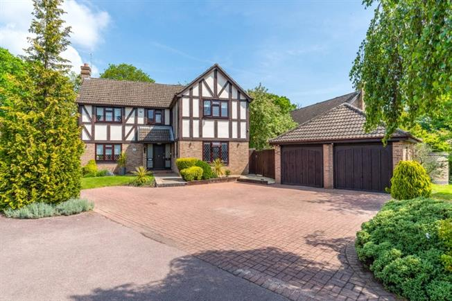 Guide Price £1,195,000, 5 Bedroom Detached House For Sale in Farnham Common, SL2