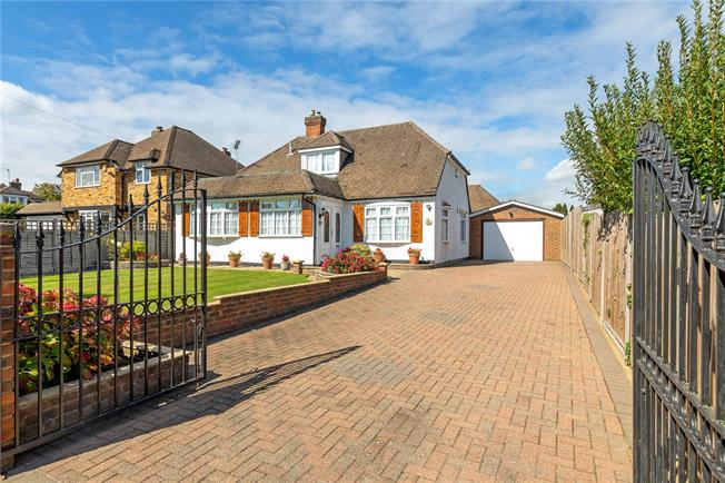 Guide Price £695,000, 2 Bedroom Bungalow For Sale in Chalfont St. Peter, SL9