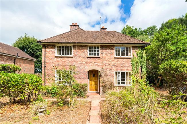Guide Price £675,000, 3 Bedroom Detached House For Sale in Hydestile, GU8