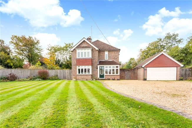 Guide Price £950,000, 3 Bedroom Detached House For Sale in Chiddingfold, GU8