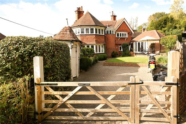 Guide Price £765,000, 3 Bedroom Detached House For Sale in Hambledon, GU8