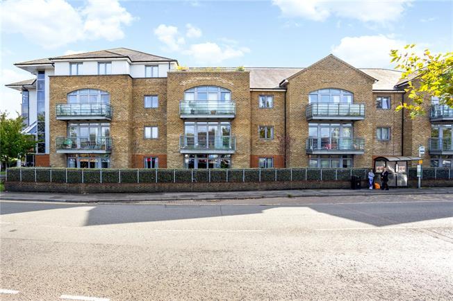 Guide Price £375,000, 2 Bedroom Flat For Sale in Surrey, GU7