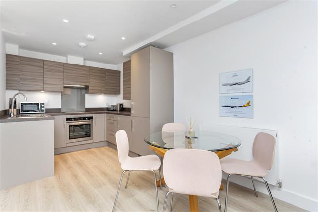 Guide Price £275,000, 1 Bedroom Flat For Sale in Godalming, Surrey, GU7