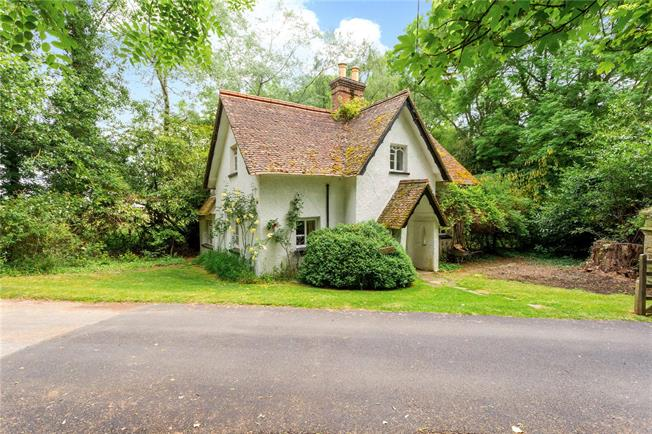 Guide Price £600,000, 3 Bedroom Detached House For Sale in Godalming, Surrey, GU8