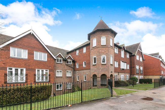 Guide Price £315,000, 2 Bedroom Flat For Sale in Godalming, Surrey, GU7