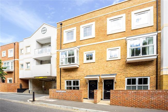 Asking Price £599,950, 4 Bedroom House For Sale in Godalming, Surrey, GU7
