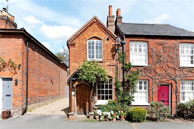 Guide Price £399,950, 2 Bedroom Semi Detached House For Sale in Great Missenden, HP16