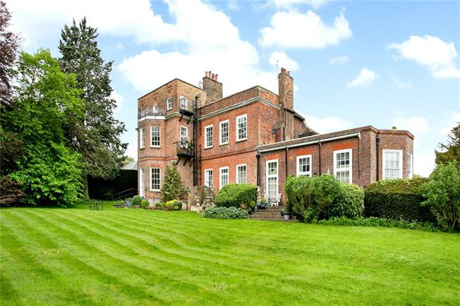 Guide Price £299,950, 1 Bedroom Flat For Sale in Buckinghamshire, HP16