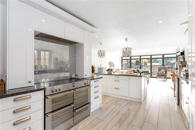 Guide Price £675,000, 4 Bedroom Detached House For Sale in Stokenchurch, HP14