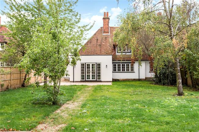 Guide Price £525,000, 3 Bedroom Semi Detached House For Sale in Thame, Oxfordshire, OX9