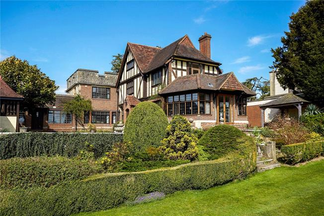 Guide Price £2,175,000, 5 Bedroom Detached House For Sale in Westhumble, RH5
