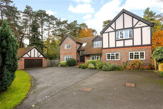 Guide Price £1,350,000, 5 Bedroom Detached House For Sale in Fleet, GU51
