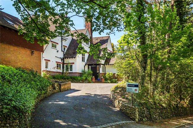 Guide Price £1,425,000, 6 Bedroom Detached House For Sale in Woldingham, CR3