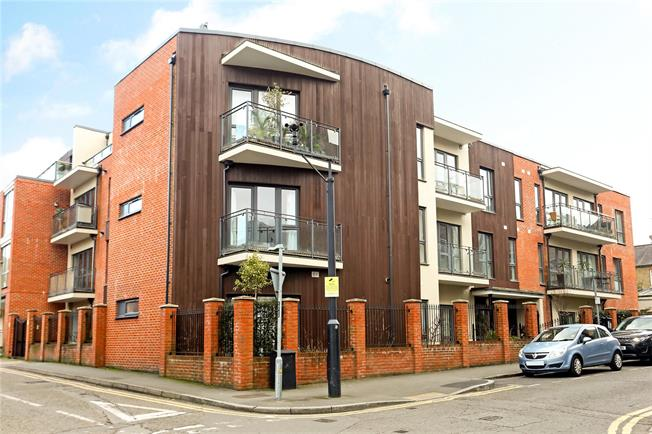 Guide Price £410,000, 2 Bedroom Flat For Sale in Guildford, GU1