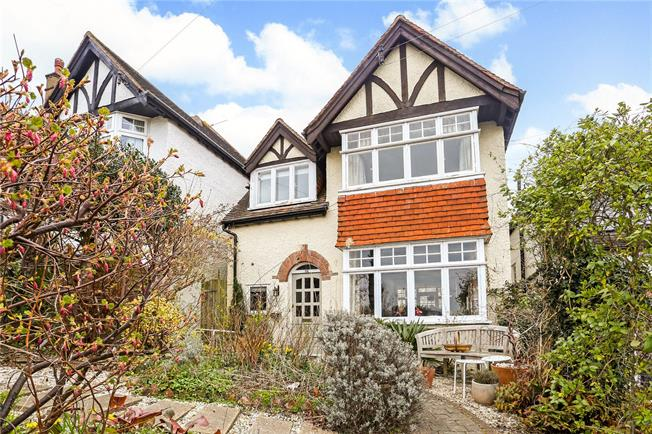 Guide Price £795,000, 4 Bedroom Detached House For Sale in Guildford, GU2