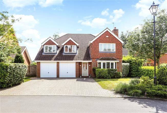 Guide Price £915,000, 5 Bedroom Detached House For Sale in Woking, Surrey, GU23