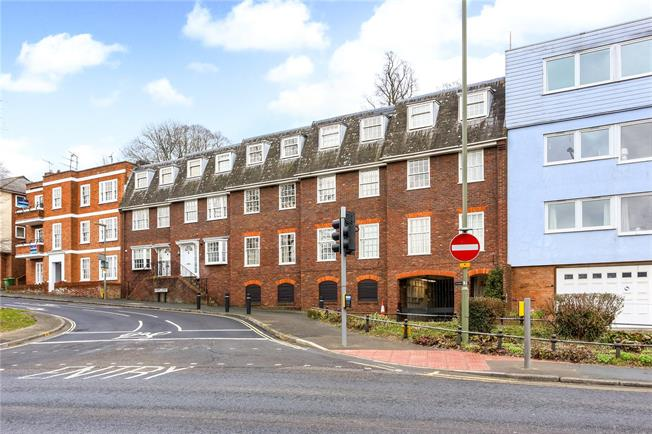 Guide Price £329,950, 2 Bedroom Flat For Sale in Surrey, GU1