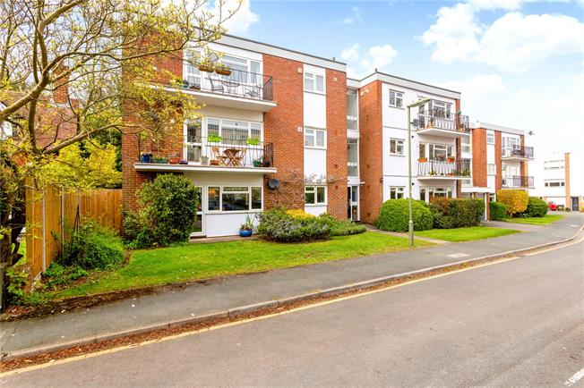 Guide Price £350,000, 2 Bedroom Flat For Sale in Guildford, Surrey, GU1