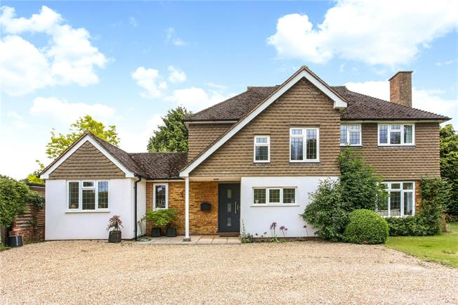 Guide Price £925,000, 4 Bedroom Detached House For Sale in Guildford, GU4