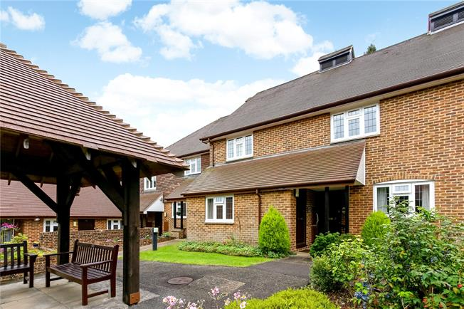 Guide Price £274,950, 2 Bedroom Flat For Sale in Guildford, Surrey, GU2