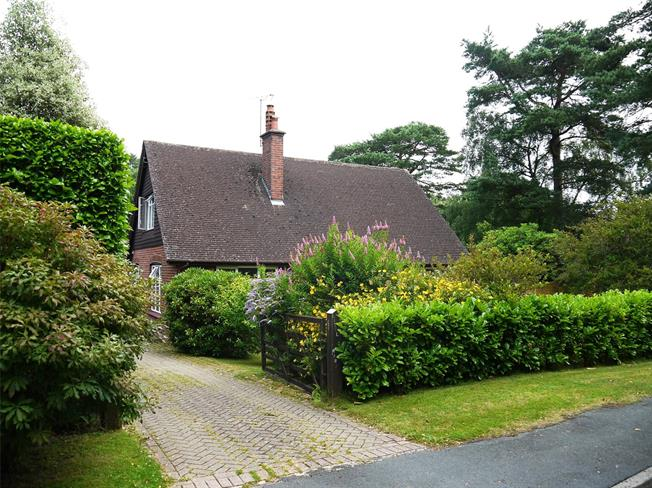 Guide Price £825,000, 5 Bedroom Detached House For Sale in Hindhead, GU26