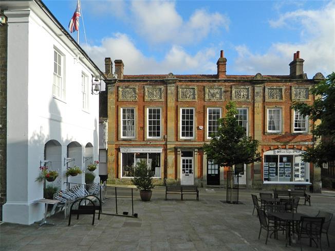 Guide Price £485,000, 2 Bedroom Flat For Sale in Midhurst, GU29