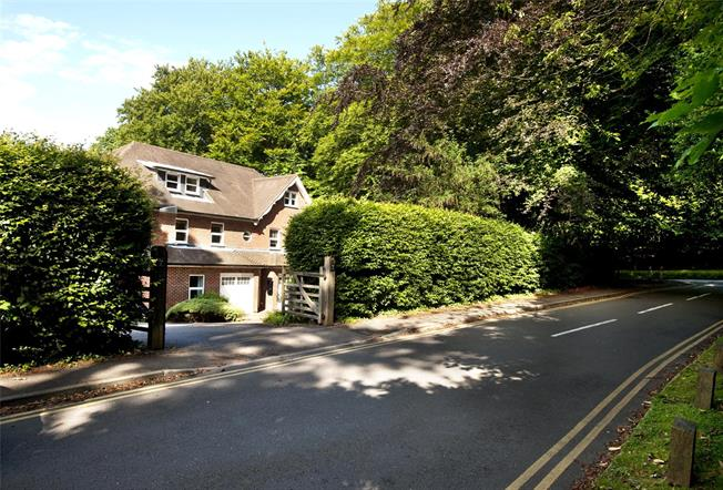 Asking Price £450,000, 3 Bedroom Flat For Sale in Haslemere, GU27
