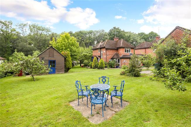 Asking Price £800,000, 3 Bedroom Detached House For Sale in Haslemere, West Sussex, GU27