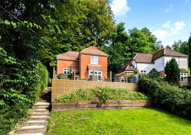 Guide Price £625,000, 3 Bedroom Detached House For Sale in Haslemere, GU27