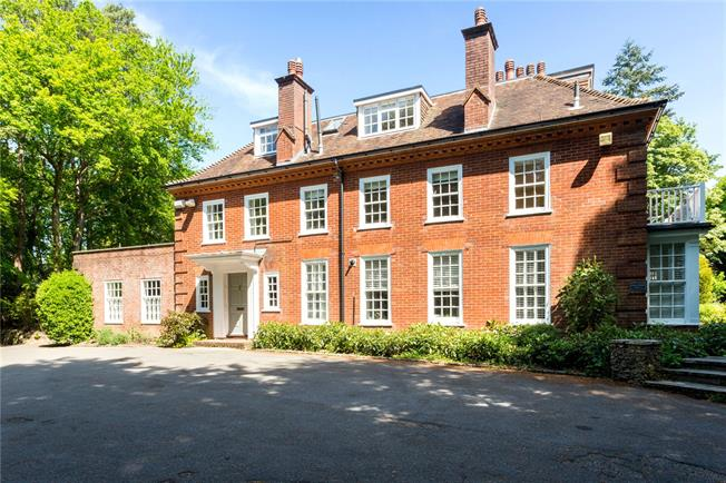 Asking Price £460,000, 3 Bedroom Flat For Sale in Haslemere, Surrey, GU27