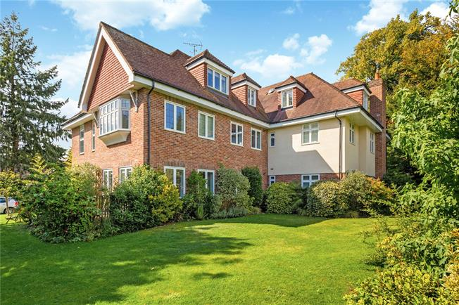 Asking Price £400,000, 2 Bedroom Flat For Sale in Haslemere, Surrey, GU27