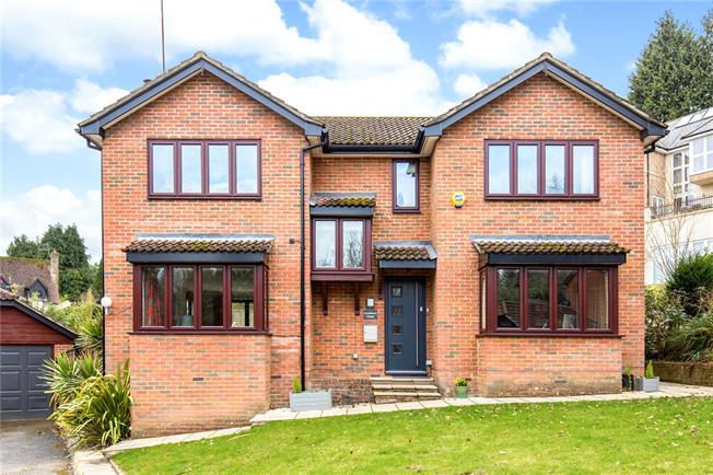 Guide Price £775,000, 4 Bedroom Detached House For Sale in East Grinstead, RH19