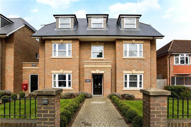 Guide Price £285,000, 2 Bedroom Flat For Sale in Haywards Heath, RH16