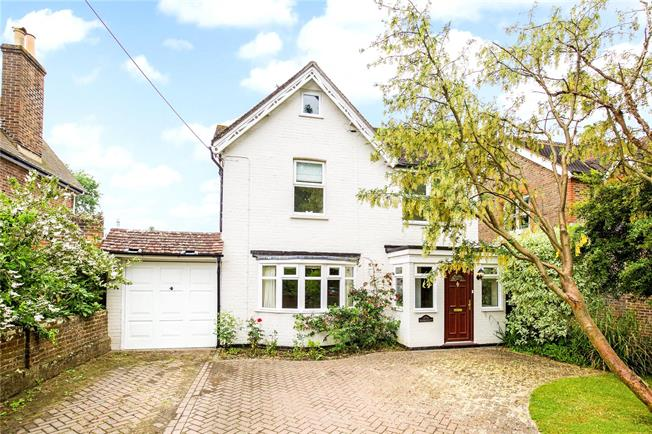 Guide Price £630,000, 3 Bedroom Detached House For Sale in Copthorne, RH10