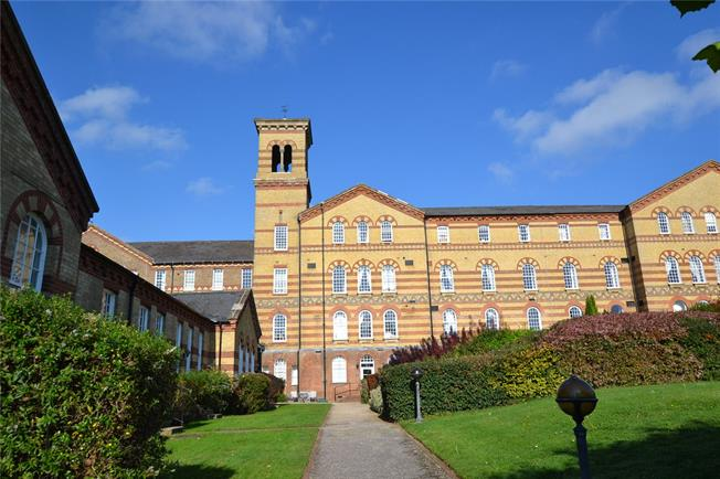 Asking Price £225,000, 2 Bedroom Flat For Sale in Haywards Heath, RH16