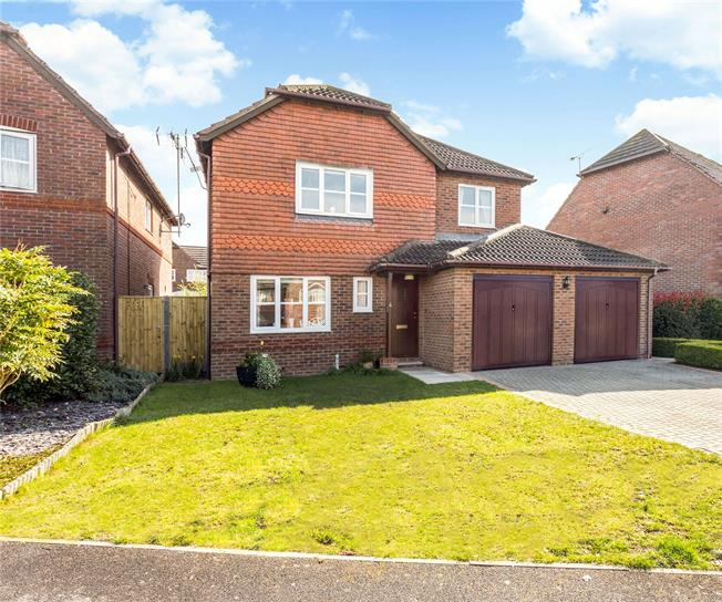 Guide Price £525,000, 4 Bedroom Detached House For Sale in Burgess Hill, RH15