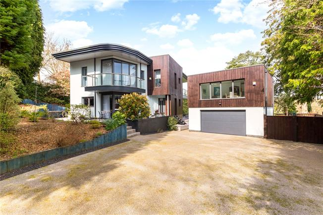 Guide Price £1,895,000, 4 Bedroom Detached House For Sale in East Grinstead, RH19